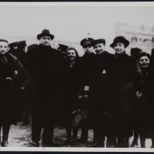 """Zdjęcie pt. """"Prezes Czerniaków z uratowaną dziewczynką, spośród rozstrzelanych ośmiu Żydów, którzy opuścili samowolnie ghetto (obok matka uratowanej i grupka ludzi)"""""""