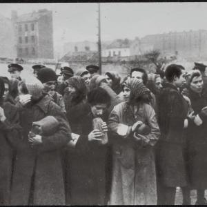 """Zdjęcie pt. """"Kobiety jedzą chciwie """"fasowany"""" chleb"""""""