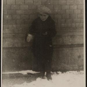 """Zdjęcie pt. """"Dziecko żydowskie żebrzące pod murem"""""""