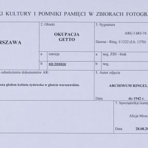 """Zdjęcie pt. """"Zniszczona głodem kobieta żydowska w ghetcie warszawskim"""""""